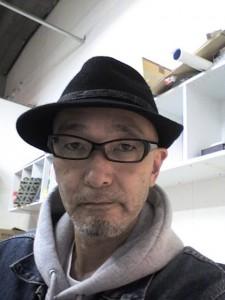 黒いソフト帽と黒縁眼鏡でちょいと個性を